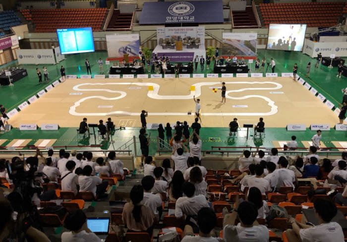 12일 서울 행당동 한양대학교 올림픽체육관에서 2018 지능형모형차 경진대회가 열리고 있다.