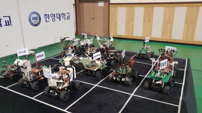 12일 열린 지능형모형차 경진대회 참가팀들의 자율주행 모형차들. 매스웍스코리아 제공