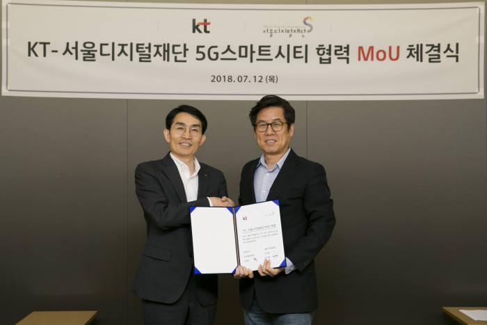이용규 KT 5G사업본부 상무(왼쪽)와 이치형 서울디지털재단 이사장(오른쪽)이 협약을 체결했다.