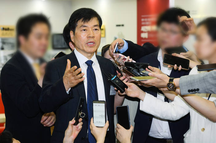 지난 달 감리위 회의에서 김태한 삼성바이오로직스 대표가 회의 참석에 앞서 기자들 질문에 답하고 있다.