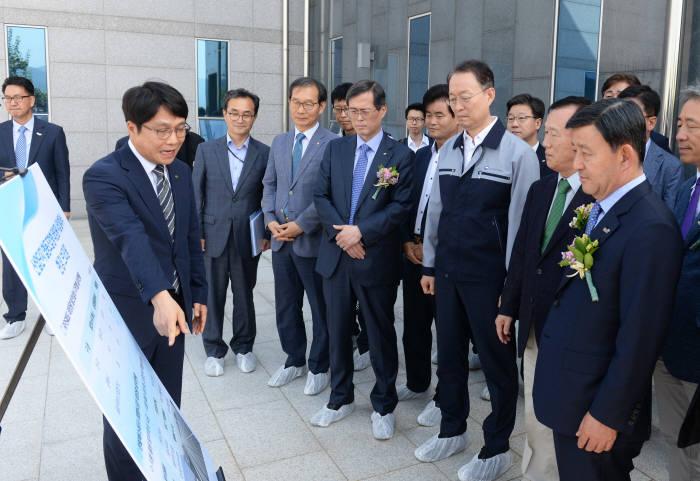 백운균 산업부 장관(앞줄 오른쪽 세번째)이 산업단지 협동조합 태양광 시범사업 현황에 대해 설명을 듣고 있다.