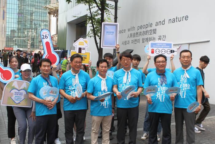 에너지시민연대와 전국 대학생들이 16일 서울 명동일대에서 함께하는 에너지 절약-이런(E-RUN) 다이어트를 주제로 에너지 절약 거리캠페인에 나섰다. E-RUN 다이어트에서는 여름철 적정 온도 지키기, 쓰지 않는 전기제품 플러그 빼기, 에어컨 설정온도 2도 올리기 등 가정과 사무실에서 할 수 있는 에너지 절약 방법을 소개