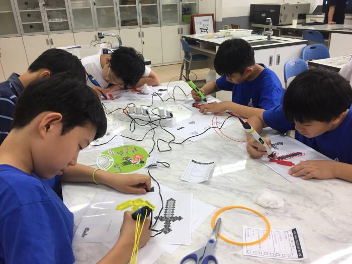 서울 서일초 학생들이 다양한 도구를 이용해 원하는 물건을 만들고 있다. 서일초 제공