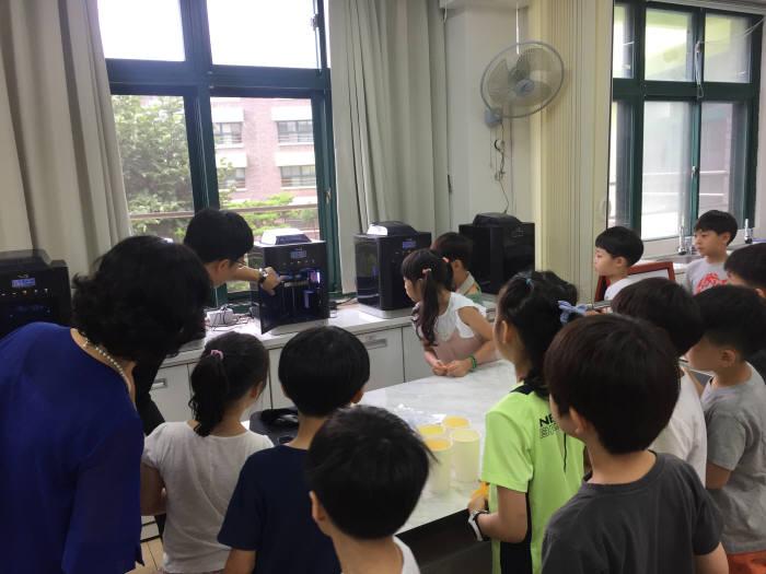 서일초 학생들이 3D 프린팅 동작 원리를 설명듣고 있다. 서일초 제공