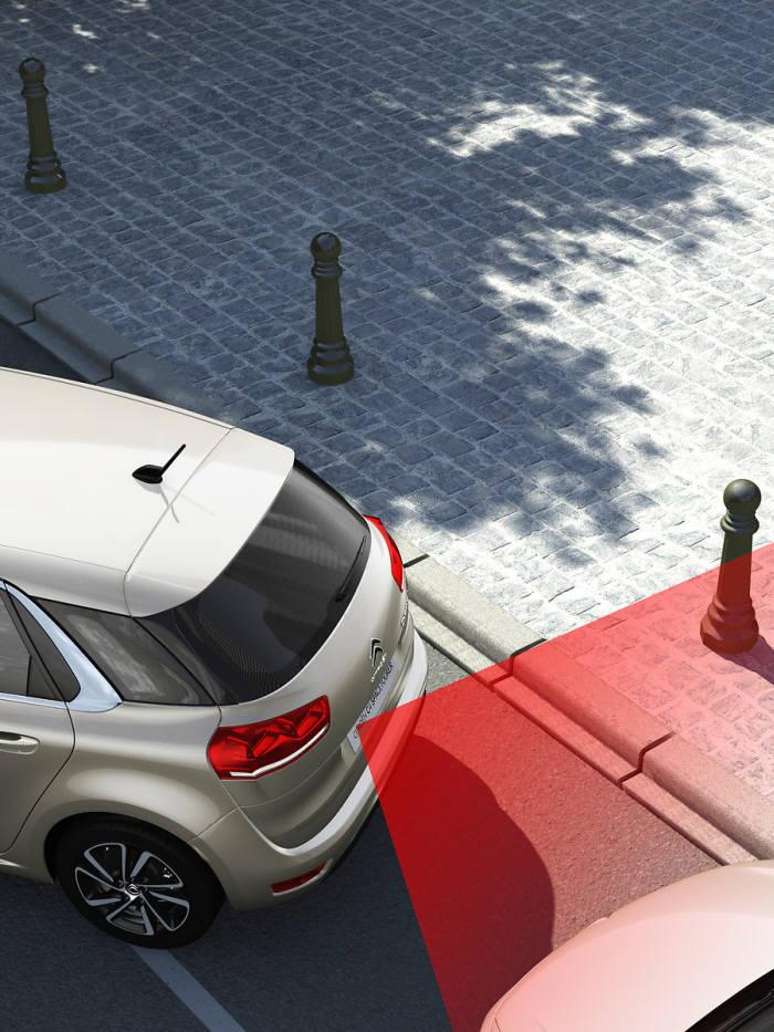 시트로엥 그랜드 C4 피카소 ADAS 에디션 주차 보조 시스템 작동 이미지.