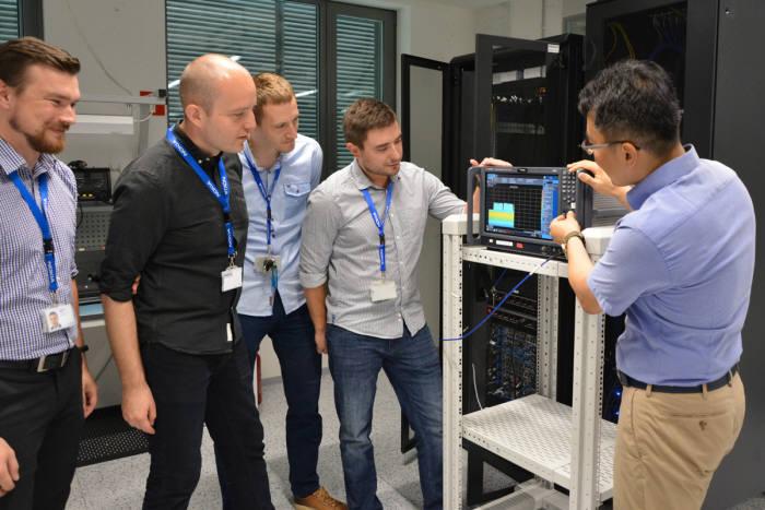 SK텔레콤과 노키아 직원이 5G 과련 성능 테스트를 하는 모습.