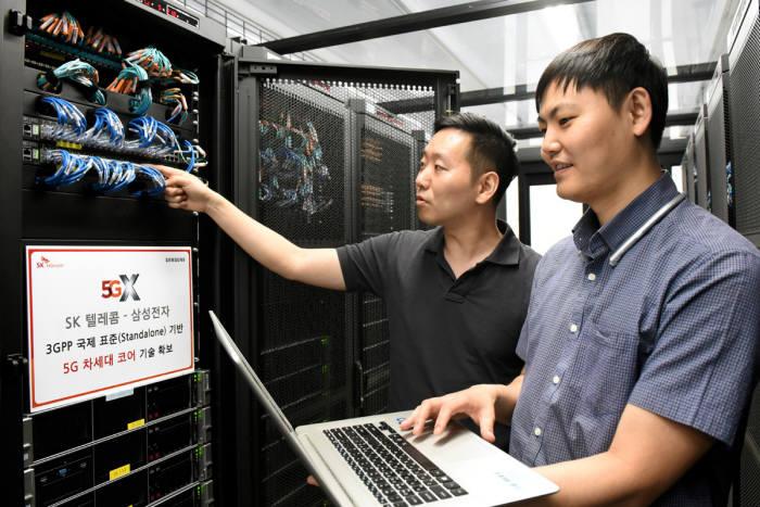 SK텔레콤과 삼성전자 연구원들이 경기도 수원시에 위치한 삼성전자 5G연구소에서 5G SA 교환기의 기술과 장비 성능을 시험해보고 있다.