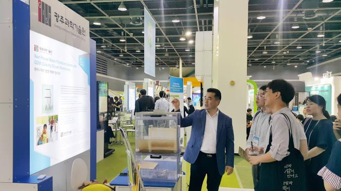GIST 국제환경연구소는 18일부터 20일까지 3일간 서울 양재 aT센터에서 열리는 2018 대한민국 기후기술대전에서 GIST 희망정수기를 전시했다.