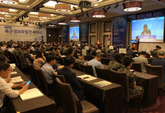 육군본부와 한국상용SW협회가 주최·주관한 2018 육군 정보화 발전 세미나가 19일 서울 신도림 쉐라톤디큐브시티호텔에서 열렸다.