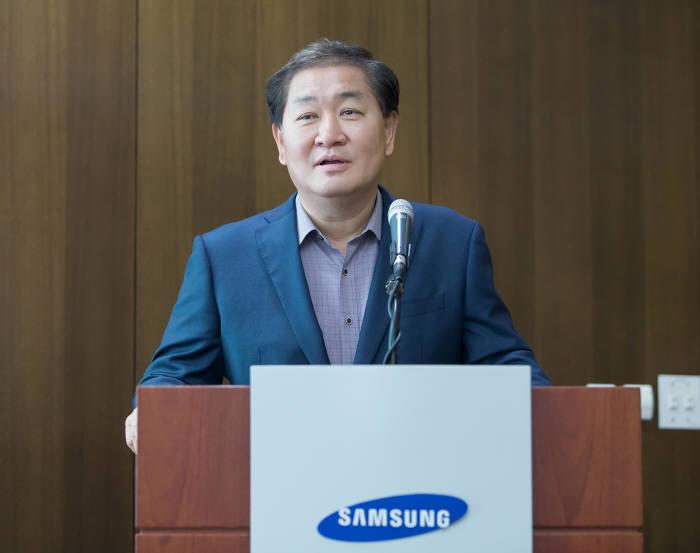 한종희 삼성전자 영상디스플레이사업부장 사장이 삼성전자 수원사업장(디지털시티)에서 미래 TV에 대한 전략을 소개하고 있다.