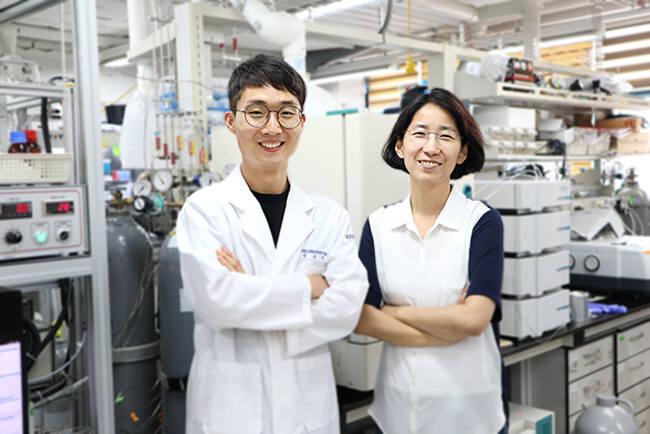 연구에 참여한 이현주 KAIST 교수(사진 오른쪽)와 정호진 박사과정(왼쪽)