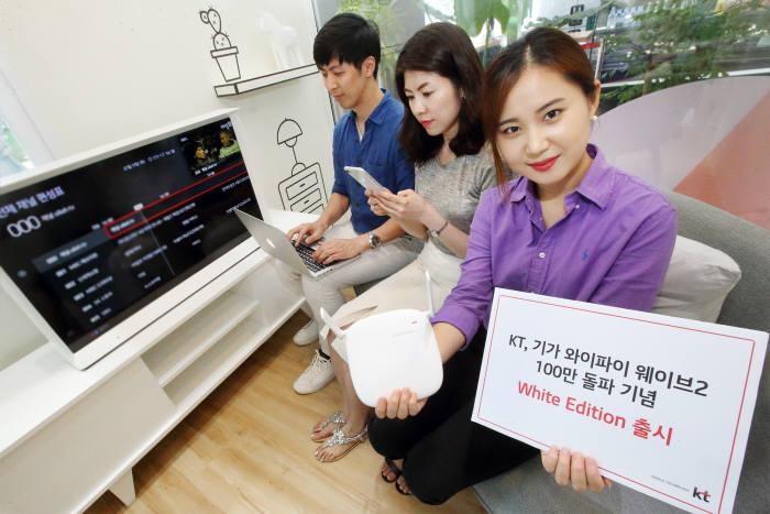 KT는 가정용 와이파이 공유기 기가 와이파이 웨이브2(GiGA WiFi Wave2)가 출시 1년만에 가입자 100만을 돌파했다고 밝혔다. 모델이 기가 와이파이 웨이브2 화이트 에디션을 소개하고 있다.
