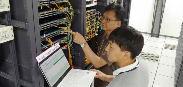 LG유플러스 마곡 사옥 실험실에서 고성능 집선 100G 스위치 성능을 테스트하고 있는 모습