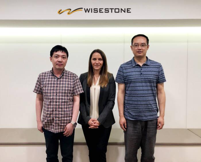 고태우 와이즈스톤 이사(왼쪽), 로라 히클링 테스트 아시아태평양 총괄 이사, 밍즈 뎅 테스트플랜트 기술총고문이 와이즈스톤 본사를 방문한 후 기념촬영을 하고 있다