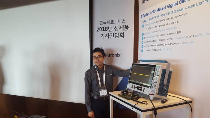 김경록 한국텔트로닉스 이사가 신제품 6 시리즈 MSO를 시연하고 있다.