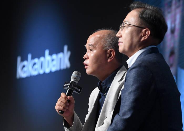 카카오뱅크 출범 1주년 미디어데이 2018이 26일 서울 중구 플라자호텔에서 열렸다. 윤호영(오른쪽), 이용우 공동대표가 향후 상품·서비스 계획을 발표하고 있다.