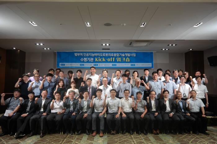24일 서울 엘타워에서 열린 인바로 사업 착수 워크숍에서 참여기관 관계자가 기념 촬영했다.