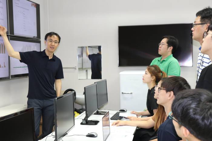김진호 GIST 융합기술학제학부 교수(왼쪽)가 에너지시스템 이노베이션 연구실에서 학생들과 미래에너지 시스템 연구에 대해 얘기를 나누고 있다.
