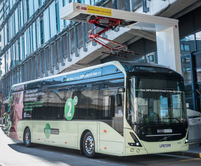 ABB가 영국 버스노선에 운행 중인 볼보 전기버스에 로봇 기술을 적용한 배터리 자동교환형 충전설비를 공급했다.