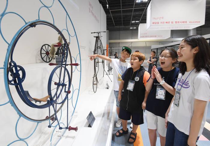 30일 전시회를 찾은 학생들이 1870년 루앙에서 개최된 자전거 경주에서 사용된 잭슨 루앙 경주용 모노사이클을 살펴보고 있다.