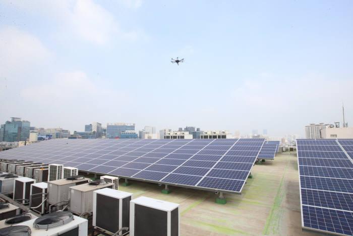 KT는 27일 서울 KT구로국사에서 태양광 발전 운영관리(O&M) 서비스를 시연했다. 열화상 카메라가 장착된 드론으로 태양광 모듈을 점검했다.