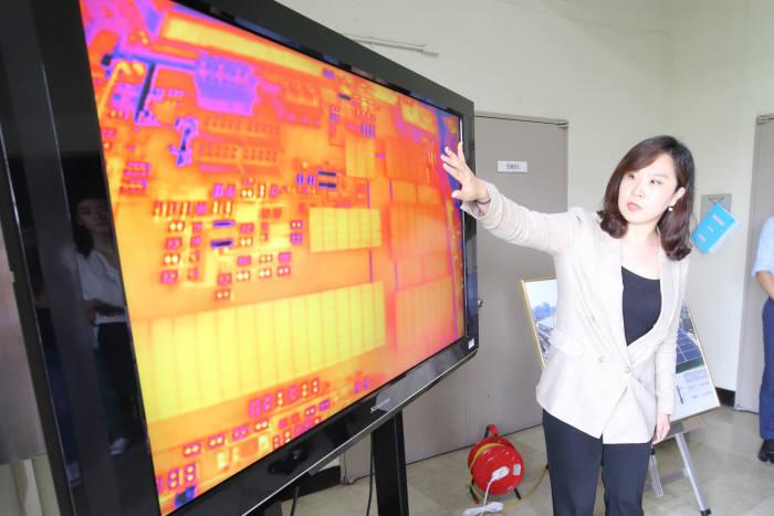 KT 직원이 드론에 부착된 열화상 카메라로 태양광 발전 시설의 현재 상태를 확인하는 과정을 설명했다.