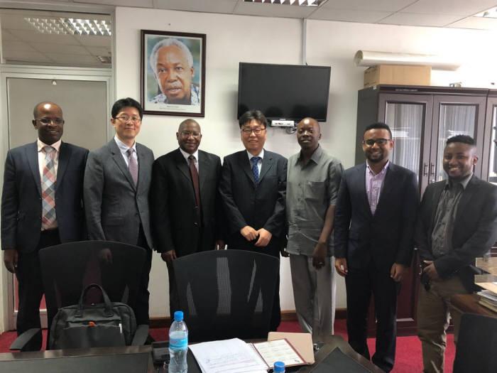 우암코퍼레이션과 탄자니아 에너지부 관계자들이 함께 기념촬영을 했다.