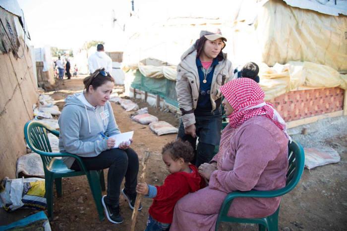 시리아 난민 캠프에서 직원이 면담을 하고 있다.