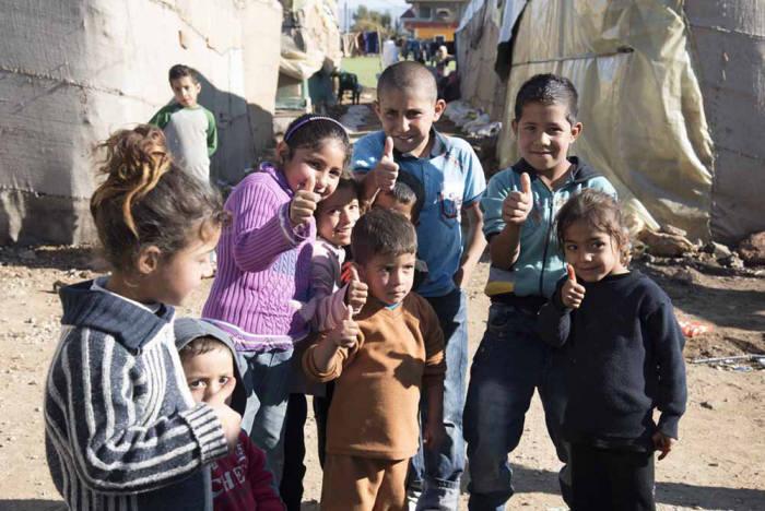 레바논에 거주하는 어린이들이 엄지손가락을 치켜세우며포즈를 취했다.
