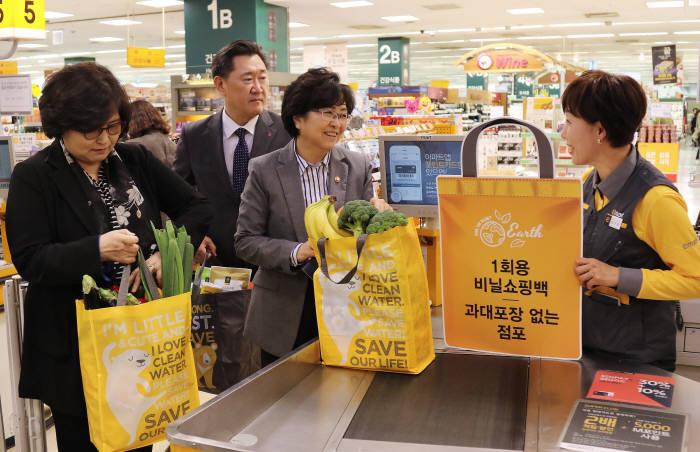 지난 4월 김은경 환경부 장관(왼쪽 3번째)이 이마트 성수점을 방문해 비닐 줄이기 캠페인을 독려했다.