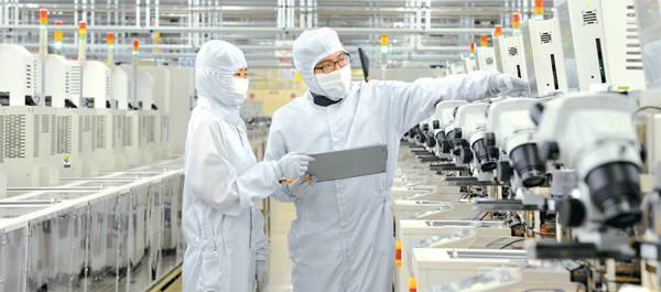 반도체 경기 고점 논란에도 D램 고정거래가가 보합세를 유지했다. 삼성전자 반도체 팹에서 엔지니어들이 장비를 살펴보고 있다.