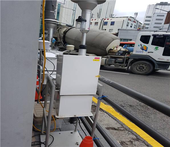 교통혼잡지 도로변(신촌역) 대기오염물질 측정모습. [자료:환경부]