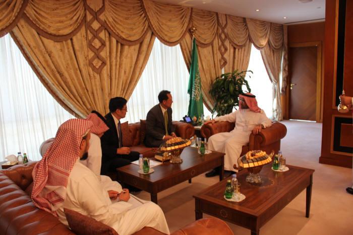 김종갑 한전 사장(가운데)과 태종훈 한전 해외원전사업처장(왼쪽)이 알술탄 K.A.CARE 원장(오른쪽)과 사우디 신규원전 사업수주를 위해 양사간 협력방안을 협의했다.