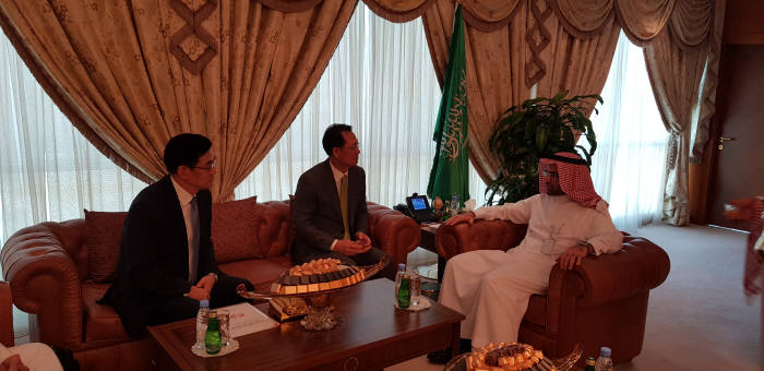 김종갑 한전 사장(가운데)이 알 술탄 원장과 사우디 신규원전 사업수주를 위해 협력방안을 협의했다.