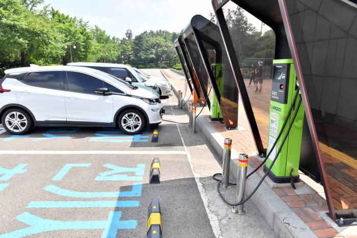국회에 설치된 전기차 충전소.