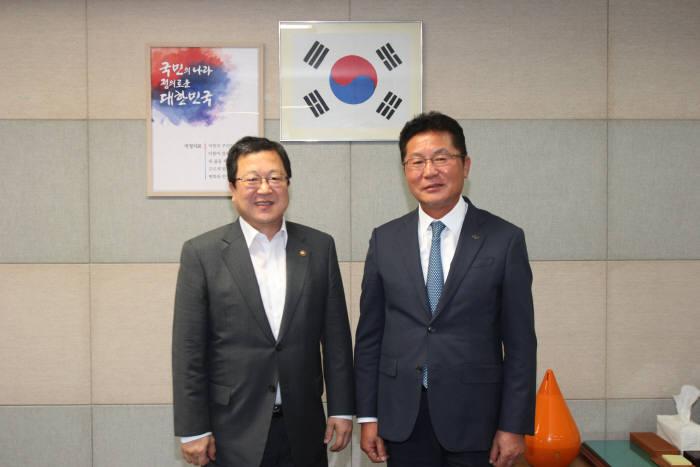 지난 2일 정상호 한국정보통신공사협회 회장(오른쪽)이 박춘섭 조달청장을 만나 기념촬영을 했다.