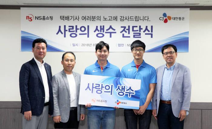 김기환 NS홈쇼핑 상무(왼쪽 두번째)와 정기호 CJ대한통운 상무(맨 오른쪽), 양사 관계자가 기념 촬영했다.