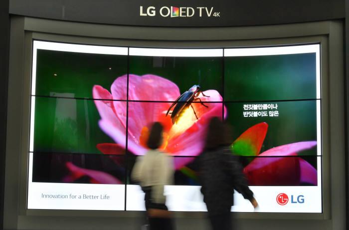 지난 5월16일 서울 여의도 LG트윈타워에 설치돼 있는 올레드(OLED) TV. 박지호기자 jihopress@etnews.com