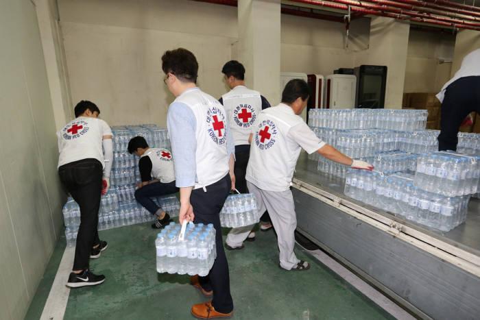 7일 하이트진로음료가 폭염 취약계층을 위해 석수 500mL 제품 1만병을 대한적십자사에 전달했다.
