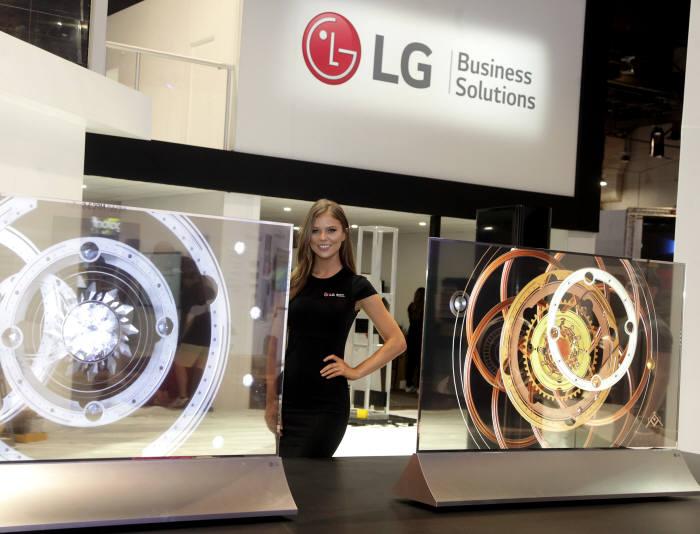 6일(현지시간) 미국 라스베이거스에서 열린 미국 최대 상업용 디스플레이 전시회 인포콤 2018(InfoComm 2018)에서 LG전자 모델이 투명 올레드 사이니지를 소개하고 있다.