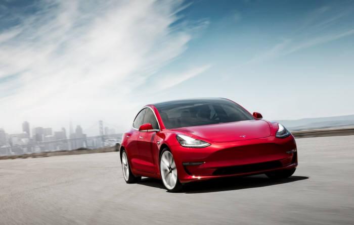 테슬라 전기차 모델3. 이 차는 1~7월까지 북미시장 누적판매량 3만8617대로 시장점유율 25%를 기록했다.