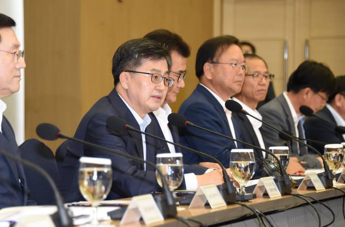 김동연 경제부총리 겸 기획재정부 장관(왼쪽 두 번째)이 8일 세종시 세종컨벤션센터에서 열린 지역과 함께하는 혁신성장회의를 주재했다.