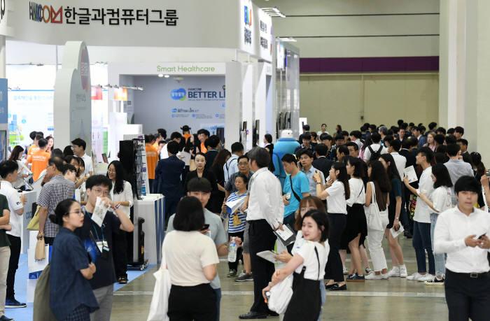 국내 최대 규모 SW전문 전시회 소프트웨이브 2018이 8일 서울 강남구 코엑스에서 성황리에 개막했다. 이동근기자 foto@etnews.com