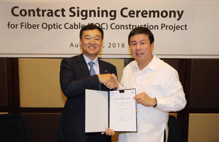 윤경림 KT 글로벌사업추진실장(부사장)과 데니스 위 컨버지 회장이 530억원 규모 광케이블망 구축 계약을 체결했다.