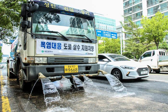 금성백조주택 살수차량이 대전시 도심을 돌며 도로 열식히기 작업을 진행하고 있다. 사진출처=금성백조주택