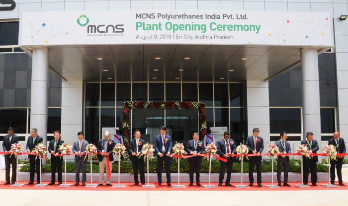 MCNS 관계자들이 지난 8일 인도 시스템하우스 준공식에서 테이프 커팅을 하고 있다(제공: SKC)
