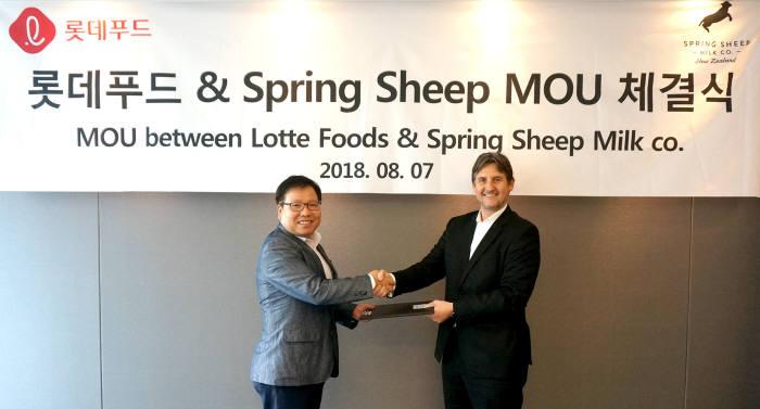 롯데푸드 김용기 파스퇴르 본부장(왼쪽)과 뉴질랜드 스프링 쉽社 스코티 채프먼 CEO(오른쪽)가 7일 뉴질랜드 대사관에서 양유 제품 도입을 위한 MOU를 체결하고 기념사진을 찍고 있다.