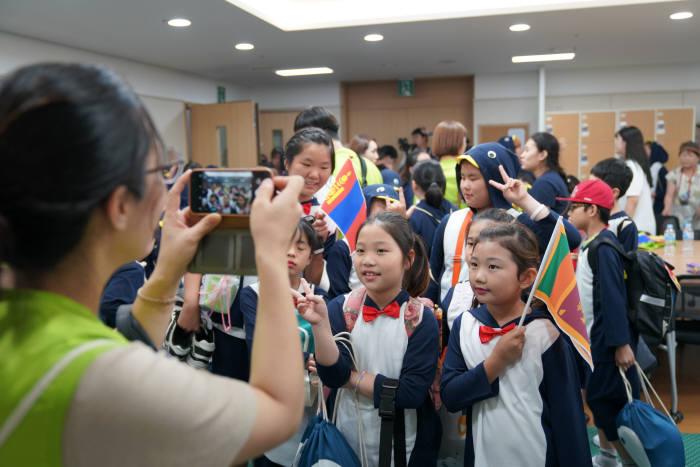 롯데제과, 국제청소년의 날 맞아 청소년 지원 활발
