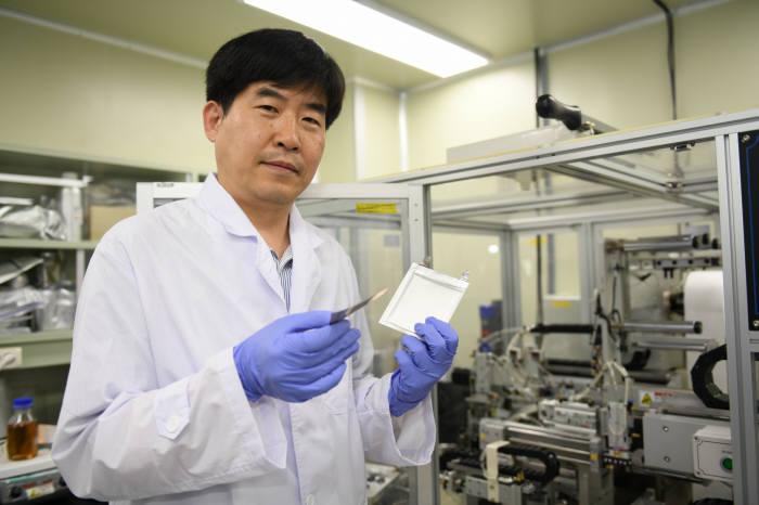 이상민 KERI 전지연구센터이 과제 추진에 앞서 선행 기술로 확보한 박막 리튬금속 이차전지에 대해 설명하고 있다.