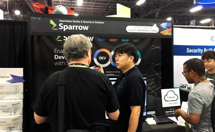스패로우가 블랙햇2018에 부스를 열었다.